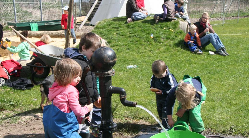 Naturkindergarten_Warendorf_Kinder_Wasserpumpe